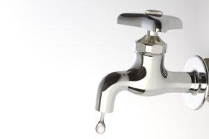 漏水修理は自分でやる?水道局や修理業者に頼む?